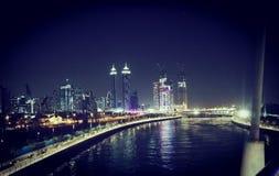 迪拜水运河和摩天大楼 免版税库存照片