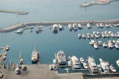 迪拜海滨广场停车游艇 免版税图库摄影
