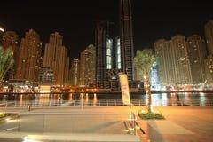 迪拜海滨广场在晚上 免版税库存照片