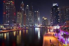 迪拜海滨广场在晚上 库存图片