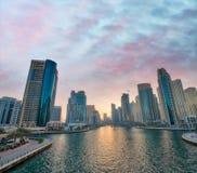 迪拜海滨广场地平线在晚上 库存图片