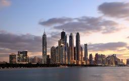 迪拜海滨广场地平线在晚上 免版税库存图片