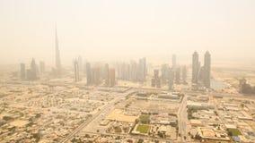 迪拜的商业区的鸟瞰图 在热夏天阴霾的射击  2014年8月 阿拉伯联合酋长国 免版税库存照片