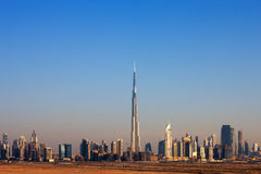 迪拜的地平线增光与美丽的塔 免版税库存照片