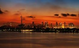 迪拜的地平线视图日落的如被观看从水 免版税库存图片