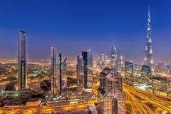 迪拜的夜都市风景有现代未来派建筑学的,阿联酋 库存照片