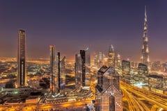 迪拜的夜都市风景有现代未来派建筑学的,阿联酋 免版税库存图片