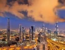 迪拜的夜都市风景有现代未来派建筑学的,阿联酋 免版税库存照片