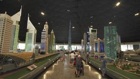 迪拜的大模型摩天大楼的陈列做了乐高片断在Miniland Legoland在迪拜公园并且依靠股票 股票录像