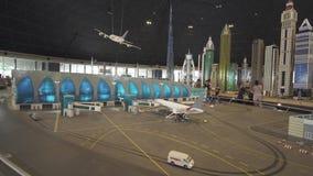 迪拜的大模型机场的陈列做了乐高片断在Miniland Legoland在迪拜公园并且依靠股票 影视素材