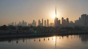 迪拜的摩天大楼全景在日出的早晨 迪拜希腊人区 在行动的射击与电子 股票录像