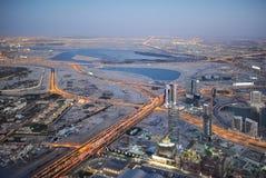 迪拜的晚上场面从高度的鸟` s飞行 库存图片