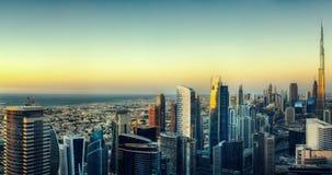 迪拜的美好的空中地平线日落的 摩天大楼全景  库存照片