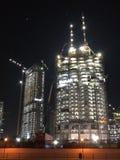 迪拜街市楼房建筑在晚上 免版税库存图片