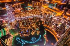 迪拜街市视图在夜,迪拜,阿联酋之前 免版税库存照片
