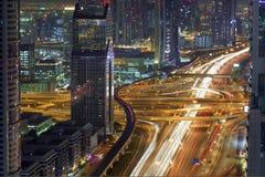 迪拜街市高峰时间空中夜视图 免版税库存图片