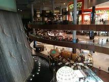 迪拜购物中心水秋天 免版税库存图片