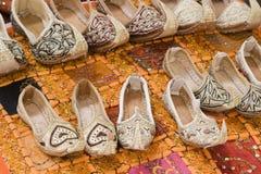 迪拜阿拉伯联合酋长国灵魔样式凉鞋是在Bur迪拜souq的待售在妇女的和儿童的大小。 库存图片
