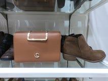 迪拜阿拉伯联合酋长国- 2019年2月-和传送带显示待售钱包、鞋子在商店 免版税库存照片