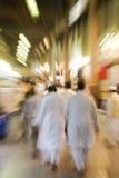 迪拜阿拉伯联合酋长国Bur迪拜souq拥挤与步行者,在黑暗之后。 免版税库存图片