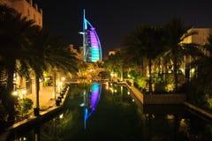 迪拜,阿拉伯联合酋长国。Burj Al阿拉伯人在夜之前 库存图片