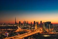 迪拜,阿拉伯联合酋长国的一个美好的地平线视图如被看见从迪拜框架在日落 免版税库存照片