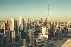 迪拜,阿拉伯联合酋长国的全景都市风景,有日落的世界最高和未来派摩天大楼的 图库摄影