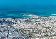 迪拜,阿拉伯联合酋长国的海和大厦 免版税库存照片