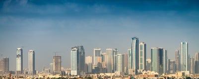 迪拜,阿拉伯联合酋长国的老和现代大厦 图库摄影