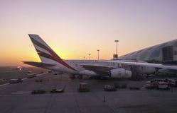迪拜,阿拉伯联合酋长国, 2013年12月:空中客车在迪拜机场ar日出时间靠了码头 免版税库存图片