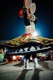 迪拜,阿拉伯联合酋长国, 2013年12月10日,有裙子的一个人跳舞nationa 库存照片