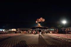 迪拜,阿拉伯联合酋长国, 2013年12月10日,有裙子的一个人跳舞nationa 库存图片