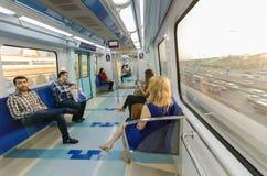 迪拜,阿拉伯联合酋长国, 02/10/2016,迪拜地铁和种族回教族长在迪拜zayed公路交通 库存照片