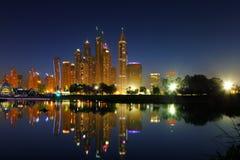 迪拜,阿拉伯联合酋长国:迪拜小游艇船坞都市风景视图黄昏的 库存图片