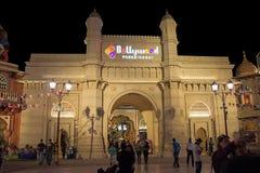迪拜,阿拉伯联合酋长国- 2017年11月, 17日:入口迪拜公园和手段的宝莱坞公园 主闸 迪拜,阿拉伯联合酋长国 库存照片