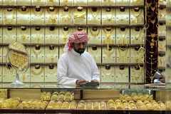 迪拜,阿拉伯联合酋长国- 2017年3月,03日:在一件首饰里面的金卖主在迪拜金souk 免版税库存图片