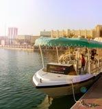 迪拜,阿拉伯联合酋长国- 2017年11月, 17日:游览在码头等待的游人的游船迪拜公园和手段的 迪拜,阿拉伯联合酋长国 免版税库存图片