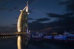 迪拜,阿拉伯联合酋长国- 2017年3月,03日:豪华阿拉伯塔,世界的最专属的旅馆的看法,与七个星在晚上 免版税图库摄影
