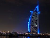 迪拜,阿拉伯联合酋长国- 2017年3月,03日:豪华阿拉伯塔,世界的最专属的旅馆的看法,与七个星在晚上 库存照片