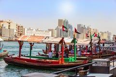 迪拜,阿拉伯联合酋长国- 2018年2月:古老手段运输-阿拉伯小船Abra 小河迪拜 浇灌出租汽车 库存图片