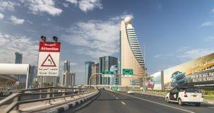 迪拜,阿拉伯联合酋长国- 2015年10月:在扎耶德路的城市交通 迪拜att 免版税库存照片
