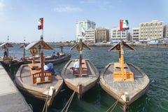 迪拜,阿拉伯联合酋长国- 2015年10月:沿迪拜Creek的小船 迪拜attrac 免版税库存图片