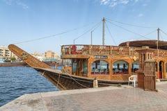 迪拜,阿拉伯联合酋长国- 2015年10月:沿迪拜Creek的小船 迪拜attrac 图库摄影