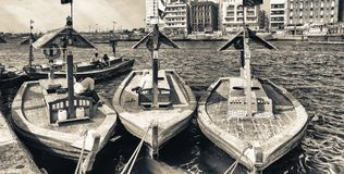 迪拜,阿拉伯联合酋长国- 2015年10月:沿迪拜Creek的小船 迪拜attrac 免版税图库摄影