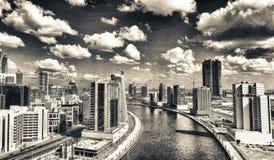 迪拜,阿拉伯联合酋长国- 2016年12月:街市迪拜的鸟瞰图太阳的 免版税库存图片
