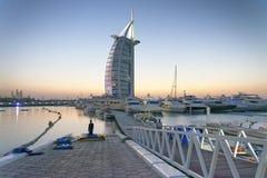 迪拜,阿拉伯联合酋长国- 2015年10月:Burj Al阿拉伯人旅馆的夜颜色 我 免版税库存图片