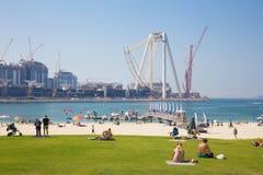 迪拜,阿拉伯联合酋长国- 2017年4月1日:世界最大的弗累斯大转轮建设中和海滩 免版税库存图片