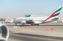 迪拜,阿拉伯联合酋长国- 2015年11月23日:在迪拜aiirp的酋长管辖区飞机 库存图片