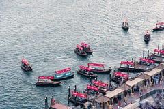 迪拜,阿拉伯联合酋长国- 2019年6月4日:在迪拜Creek的小船在Deira有老迪拜的看法在阿拉伯联合酋长国 图库摄影