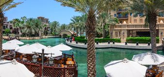 迪拜,阿拉伯联合酋长国- 2016年10月06日:在Madinat Jumeirah Al Qasr旅馆的江边别墅 Madinat Jumeirah安置三 库存照片